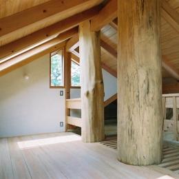 大木を柱に3本使った家 (大木が棟まで突き抜けたロフト)