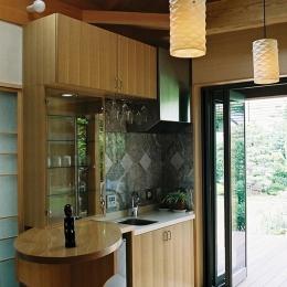 大木を柱に3本使った家 (家族室で使うミニキッチン)