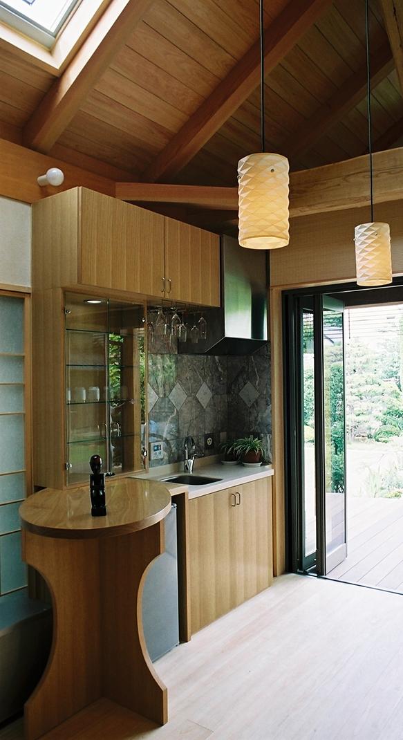大木を柱に3本使った家の部屋 家族室で使うミニキッチン