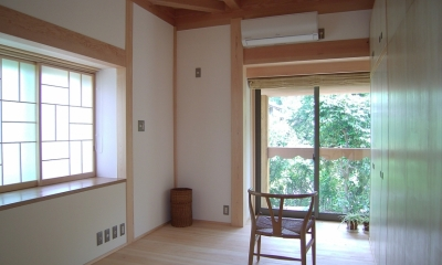 大木を柱に3本使った家 (家具で仕切った子供室)