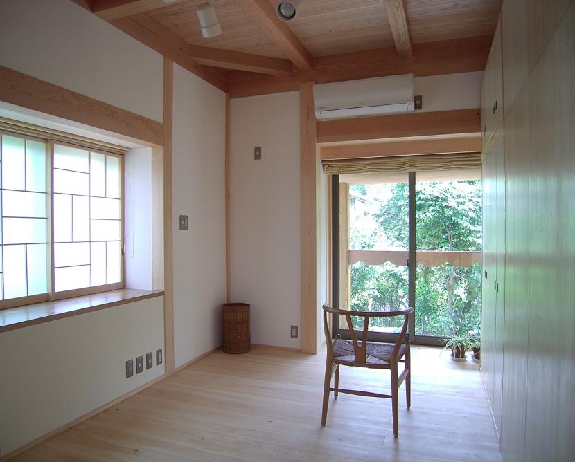 大木を柱に3本使った家の部屋 家具で仕切った子供室