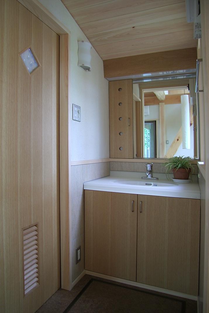 大木を柱に3本使った家の部屋 こじんまりとした洗面室