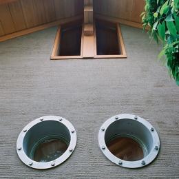 大木を柱に3本使った家 (船舶窓2つ)