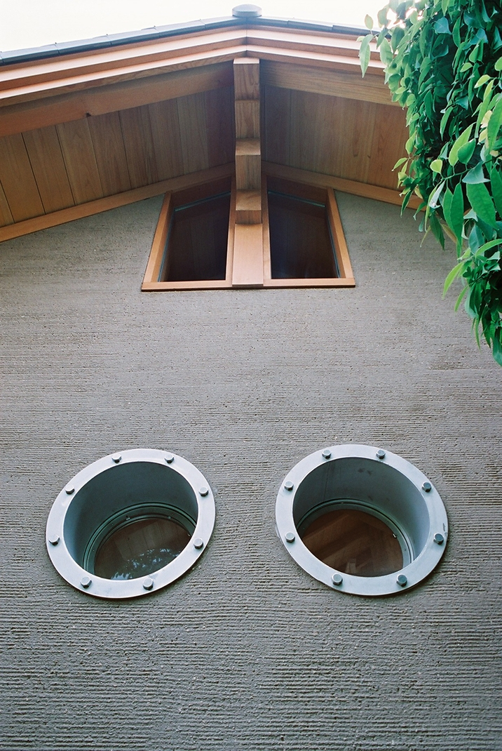 大木を柱に3本使った家の部屋 船舶窓2つ