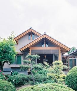 大木を柱に3本使った家 (切妻のバランスが良い形の東側外観)