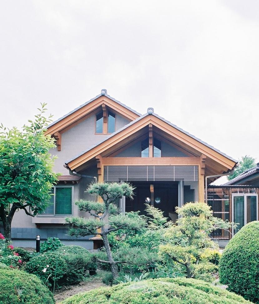 切妻のバランスが良い形の東側外観 (大木を柱に3本使った家)