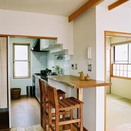 空中テラスのある二世帯の家-無垢の厚板カウンターがアクセントのキッチン
