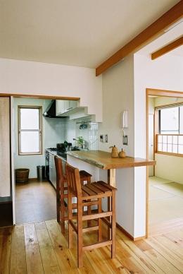 空中テラスのある二世帯の家 (無垢の厚板カウンターがアクセントのキッチン)