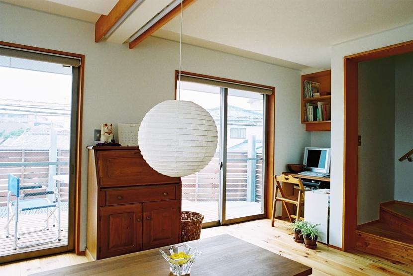 空中テラスのある二世帯の家 (空中テラスと繋がるリビング)