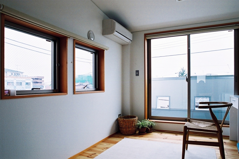 空中テラスのある二世帯の家の部屋 大きな1部屋を可動間仕切で区切る子供室