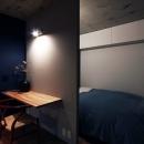 リノベる。の住宅事例「混在する色と素材と空間をつなぐ青い大黒柱」