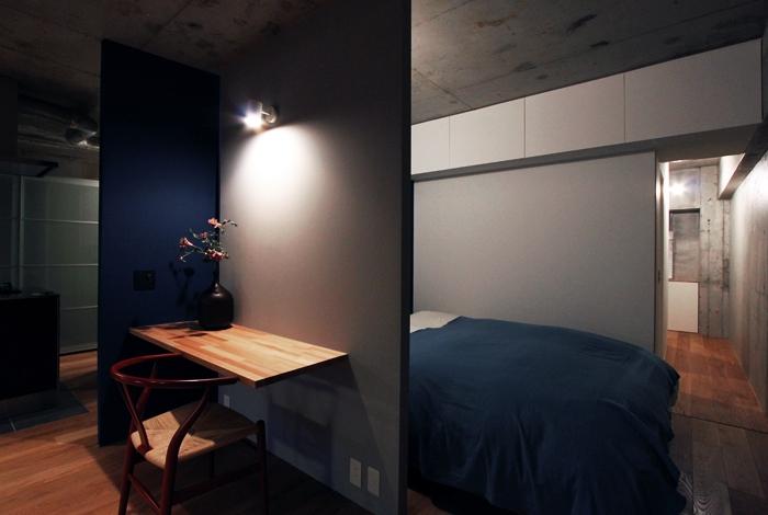 混在する色と素材と空間をつなぐ青い大黒柱の部屋 ベッドルーム