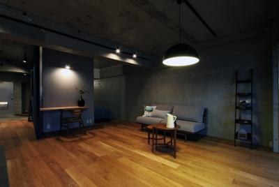 混在する色と素材と空間をつなぐ青い大黒柱 (リビング)