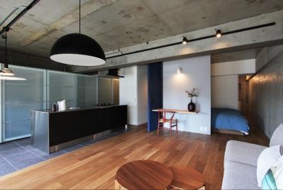 混在する色と素材と空間をつなぐ青い大黒柱 (キッチン)