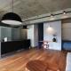 キッチン (混在する色と素材と空間をつなぐ青い大黒柱)