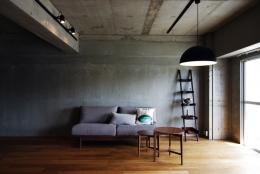 混在する色と素材と空間をつなぐ青い大黒柱 (リビング2)