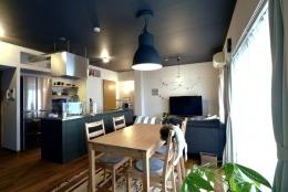 家の中にも遊び場を 生活を豊かにするロフト&階段スペース (リビング)