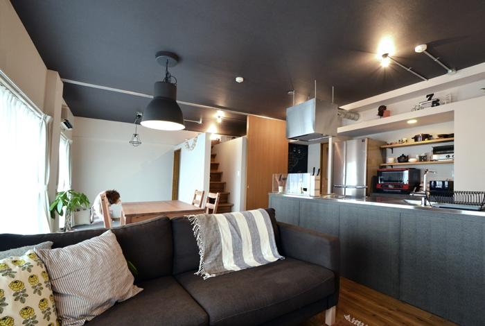 家の中にも遊び場を 生活を豊かにするロフト&階段スペースの部屋 リビング2