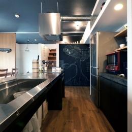 キッチン (家の中にも遊び場を 生活を豊かにするロフト&階段スペース)