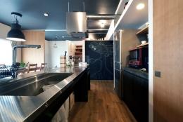 家の中にも遊び場を 生活を豊かにするロフト&階段スペース (キッチン)