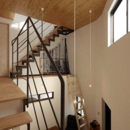 千代崎の家:大阪の狭小住宅 .2階建てスキップフロア (階段踊り場)