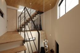 千代崎の家:超狭小変形角地の2階建てスキップフロア (階段踊り場)