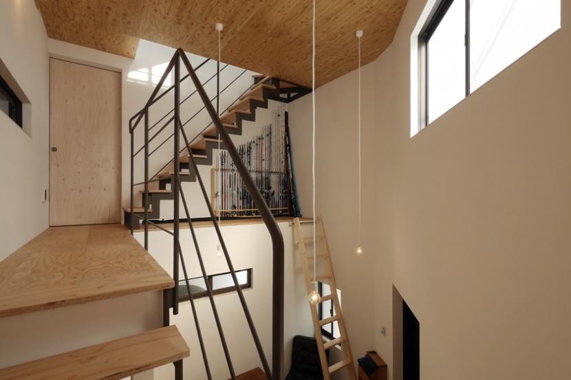 超狭小変形角地の2階建てスキップフロアの写真 階段踊り場