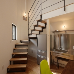 千代崎の家:超狭小変形角地の2階建てスキップフロア (1階スペース)