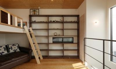 千代崎の家:大阪の狭小住宅 .2階建てスキップフロア (上2階主寝室)