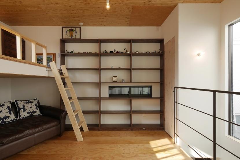 超狭小変形角地の2階建てスキップフロアの写真 上2階主寝室