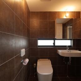 千代崎の家:大阪の狭小住宅 .2階建てスキップフロア (トイレ/洗面室)