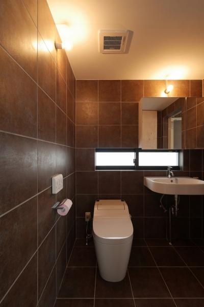 トイレ/洗面室 (千代崎の家:超狭小変形角地の2階建てスキップフロア)