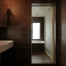 超狭小変形角地の2階建てスキップフロア (浴室)