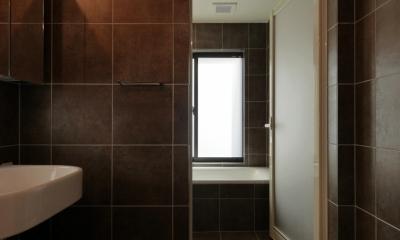 千代崎の家:大阪の狭小住宅 .2階建てスキップフロア (浴室)