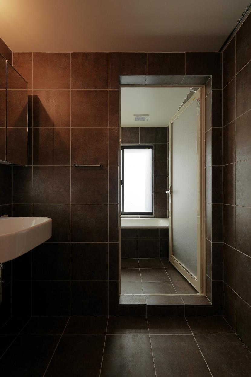 超狭小変形角地の2階建てスキップフロアの写真 浴室