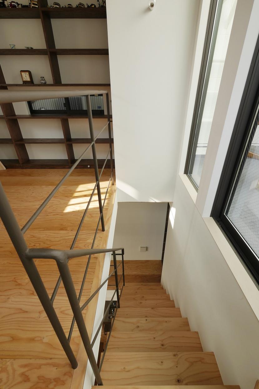 超狭小変形角地の2階建てスキップフロア (階段)