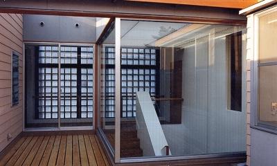シースルー階段のある家 (2階ウッドデッキと壁がガラスの階段室です。)
