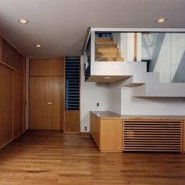 シースルー階段のある家 (全部がガラスの階段室は居間にも降りて来ます。その階段の壁の部分もガラスにすることで、上からの光を取入れるのと同時に、上下に分けた2世帯の気配をそれぞれが感じられるように視覚的に楽めるようにしました。)