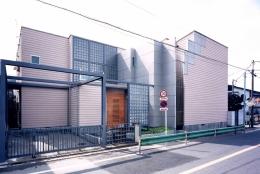シースルー階段のある家 (アルミパンチングの屏風が人を招き入れるデザイン)