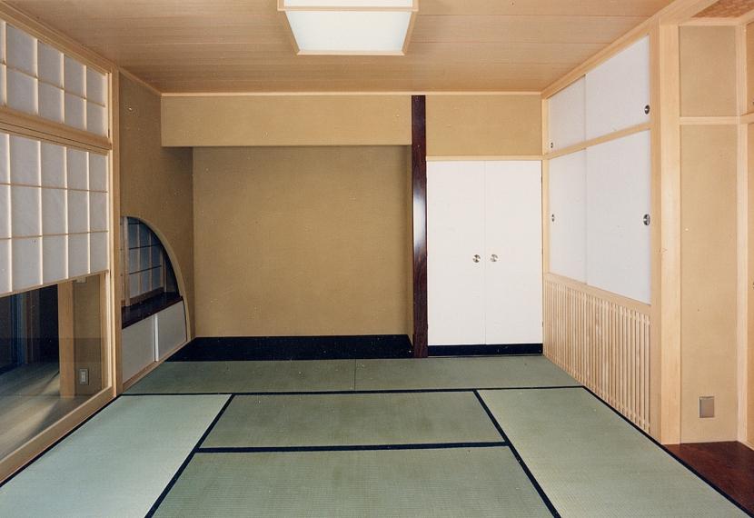シースルー階段のある家の部屋 床の間も畳と同じ高さのシンプルな和室