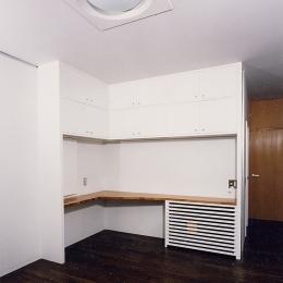 シースルー階段のある家 (机、三面鏡のあるドレッサー、本棚、エアコン収納、テレビ台と5役の寝室の造り付け家具)