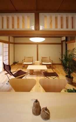 欄間のある家 (欄間が印象的なお宅です。既存の木製透かし彫りの欄間をアクリルにサンドブラストを施したものに変え、イメージを一新しました。)