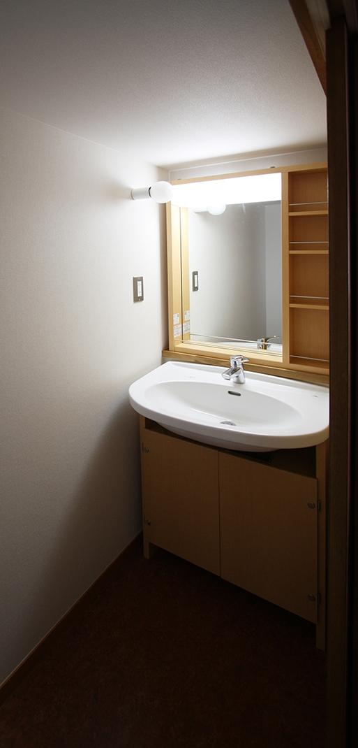 欄間のある家の部屋 古いお宅は、2階に洗面所がなかったりします。そこで、押入を改造!便利になりました。