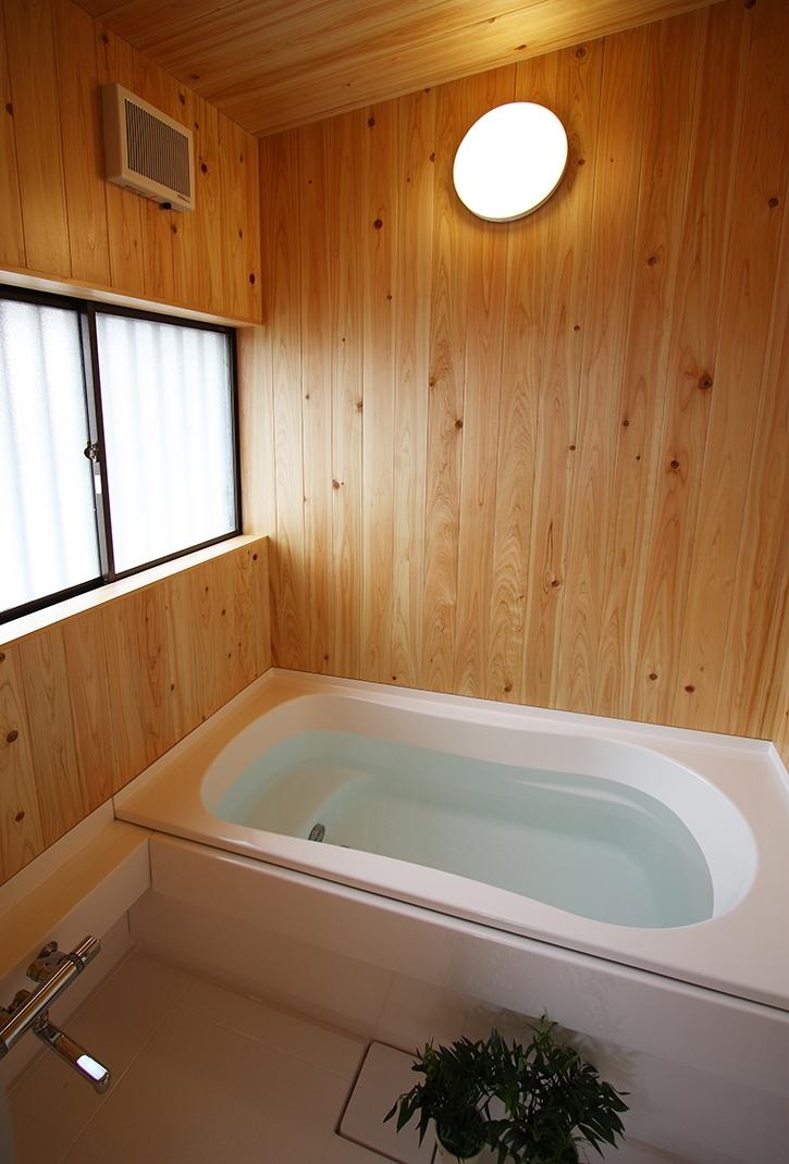 欄間のある家の部屋 ハーフユニット上部ヒノキ貼の浴室