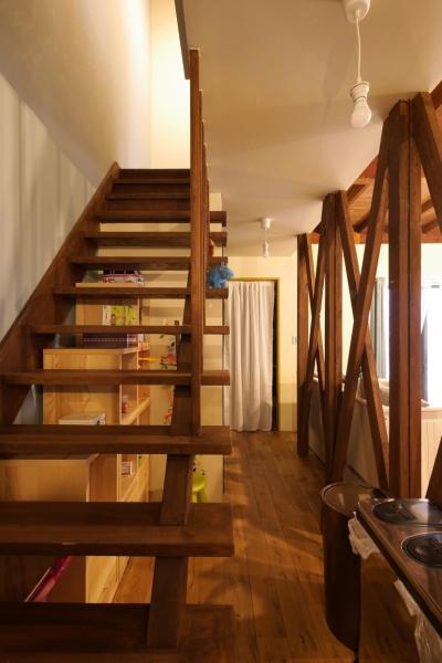 階段 (空掘の家:中古住宅フルリノベーション)