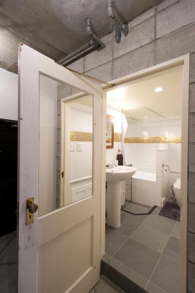 バストイレ入口 (LDKをできるだけ広く。その分寝室は最小限の広さに)