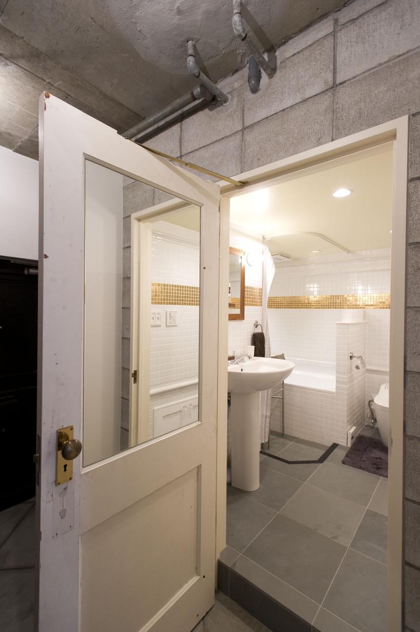 LDKをできるだけ広く。その分寝室は最小限の広さにの写真 バストイレ入口