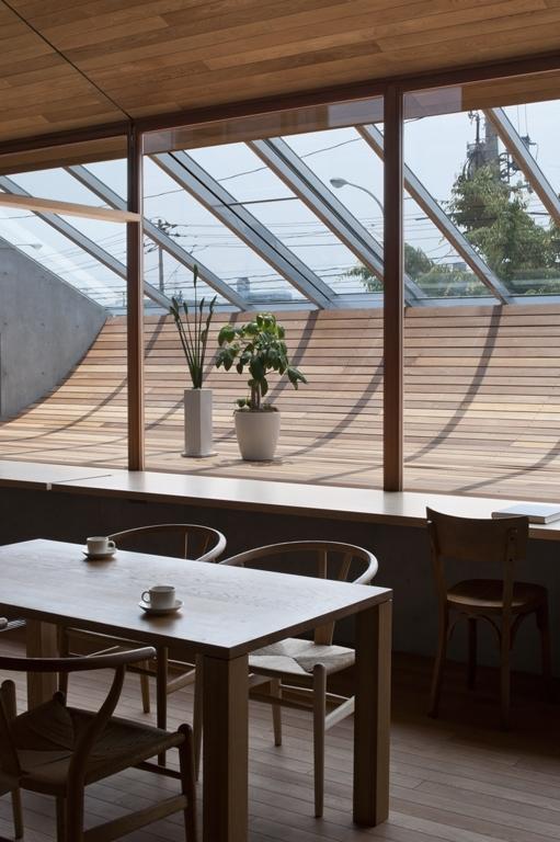FLAPの写真 ダイニングテーブルからサンルーム越しに景色を眺める