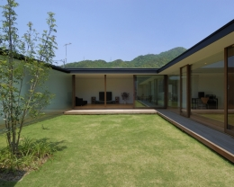 COURT HOUSE (中庭)