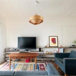 生活環境と物件価格が決め手 キッチン中心の暮らしやすい間取りに (照明がアクセントのリビング)